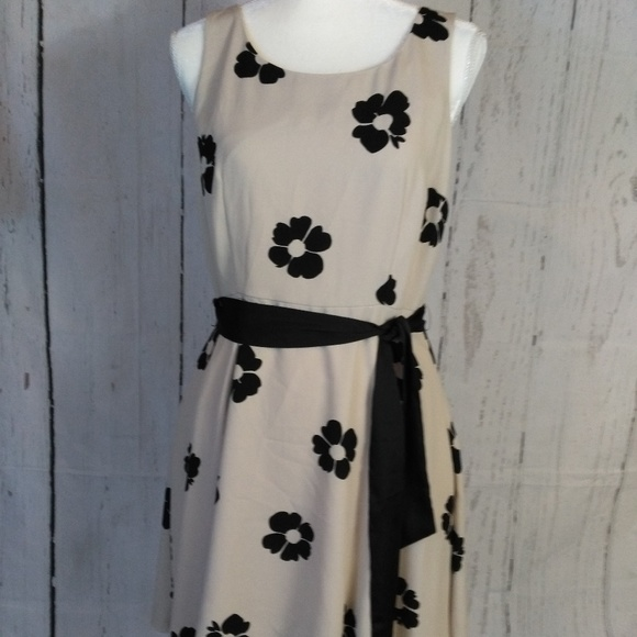 LC Lauren Conrad Dresses & Skirts - Cute floral dress with tie belt